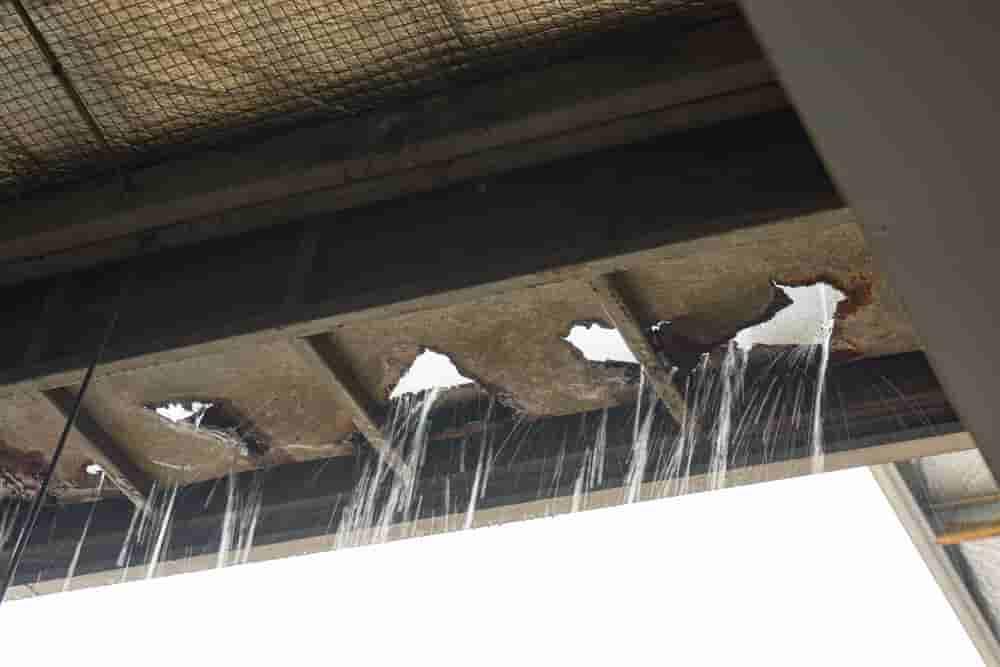 雨漏り(鉄板屋根穴あき)